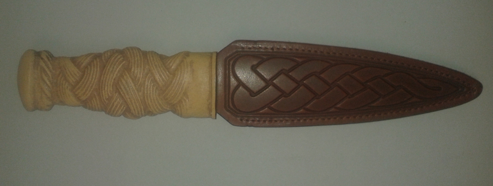 Sgian Dubh, Moulded resin grip in form of carved Light Oak